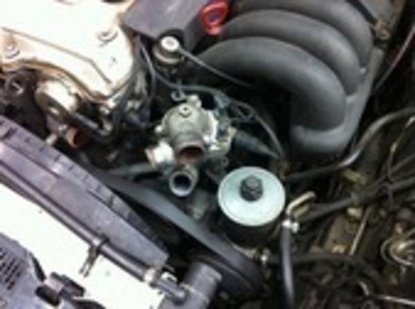 Mercedes-Benz W124ウォーターポンプ交換