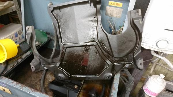 メルセデスベンツ C250(W204)オイル漏れ
